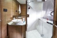 v65-starboard-bathroom-rt